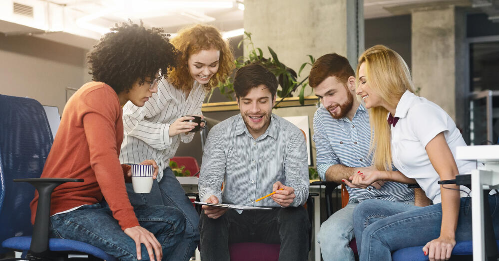 group-of-young-coworkers-discussing-new-marketing--8UGDA7W