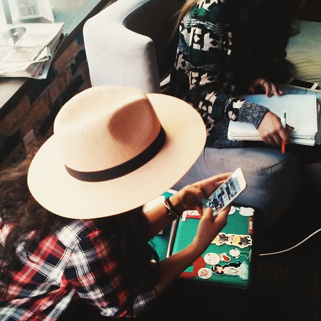 hat-technology-fashion-mobile-phone-mobile-phone-friends-laptop-phone-laid-study-cellphone-studying_t20_pl47rN (1)