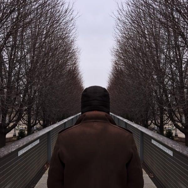 man-walking-on-bridge-millennium-park-chicago_t20_BAaJzY