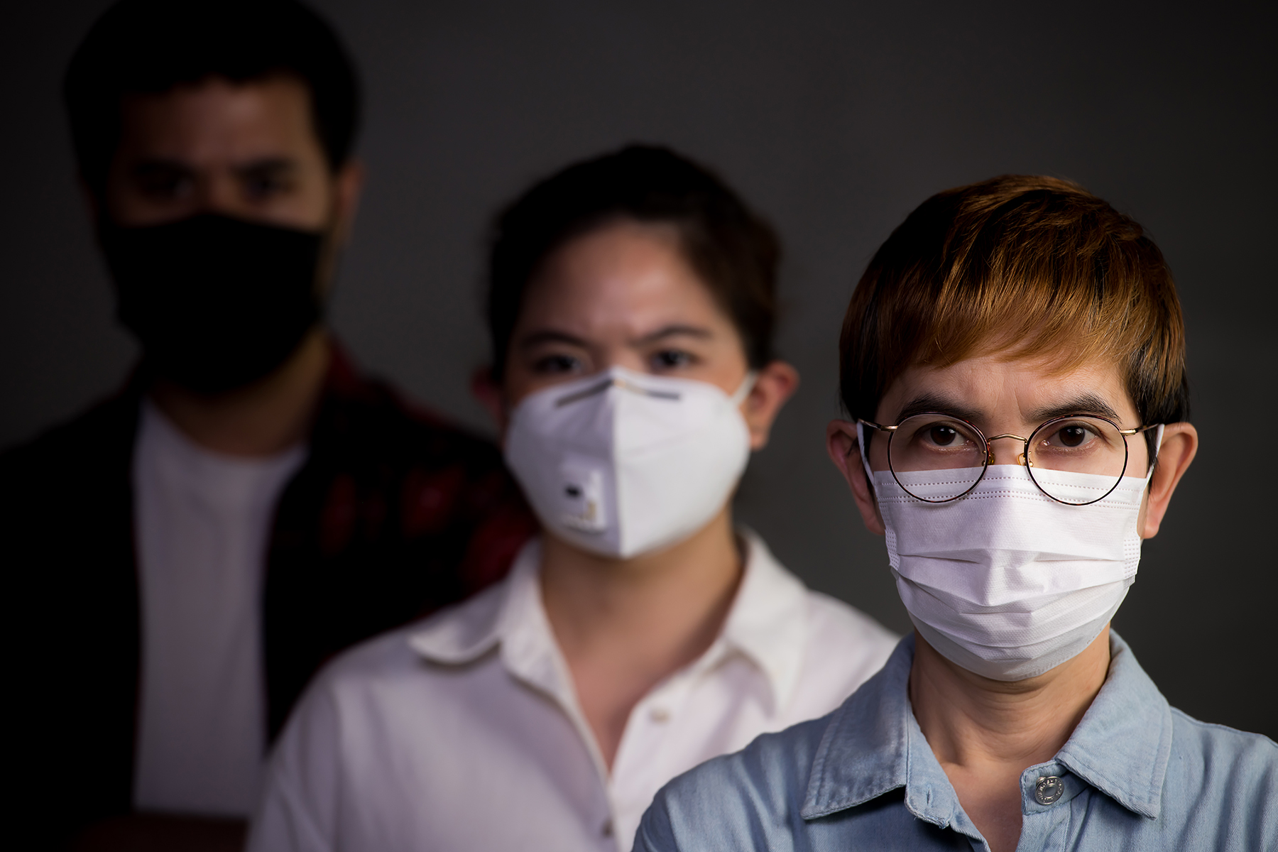 people-wearing-surgical-masks-2PQQ3TZ (1)